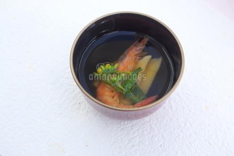タケノコ・海老・菜の花のお吸い物の写真素材 [FYI04090619]