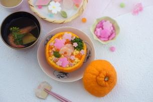 お花畑のみかんずしで雛祭りの写真素材 [FYI04090623]
