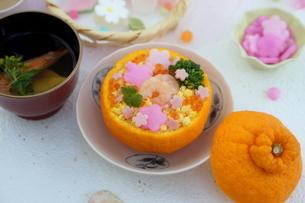 お花畑のみかんずしで雛祭りの写真素材 [FYI04090625]