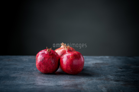 Ripe pomegranate. Pomegranate on black background. Dessert,food.の写真素材 [FYI04090639]