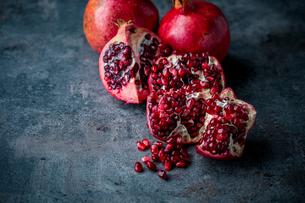 Ripe pomegranate. Pomegranate on black background. Dessert,food.の写真素材 [FYI04090647]