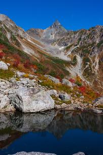 槍ヶ岳と天狗池の写真素材 [FYI04091139]
