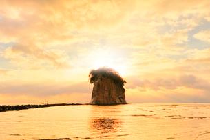 能登半島国定公園 見附島と朝焼け空の写真素材 [FYI04091147]