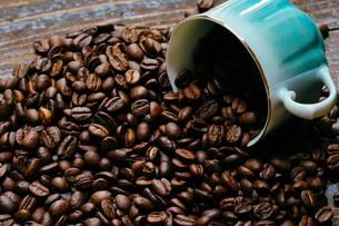 コーヒー豆とカップの写真素材 [FYI04091188]