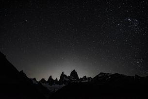 月光に浮かぶパタゴニアの名峰フィッツロイの写真素材 [FYI04091226]
