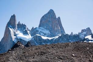 パタゴニアの名峰フィッツロイへ続く道と登山者の写真素材 [FYI04091266]