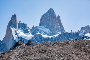 パタゴニアの名峰フィッツロイへ続く道と登山者の写真素材 [FYI04091267]