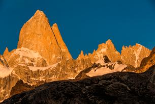 朝日に燃えるパタゴニアの名峰フィッツロイの写真素材 [FYI04091279]