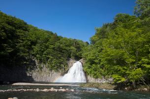 新緑の法体の滝の写真素材 [FYI04091320]
