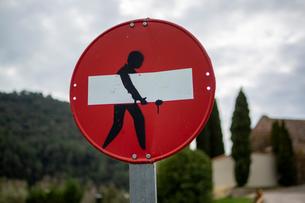 進入禁止の道路標識の落書きの写真素材 [FYI04091501]