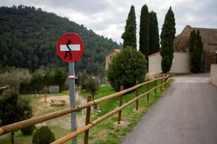 進入禁止の道路標識の落書きの写真素材 [FYI04091502]