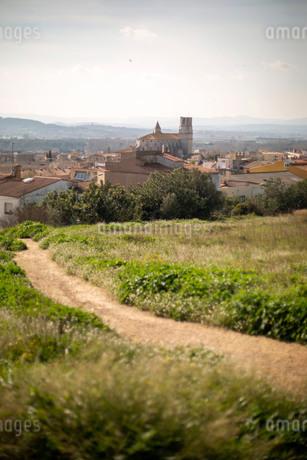 小道の先に見えるヨーロッパの小さな村の写真素材 [FYI04091506]