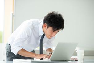 パソコンを操作するビジネスマンの写真素材 [FYI04091791]