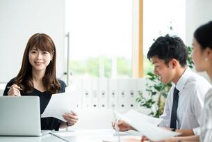 オフィスで打ち合わせをするビジネスマンの写真素材 [FYI04091801]