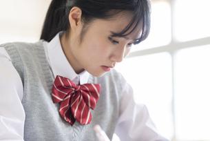 ノートを取る女子学生の写真素材 [FYI04091897]