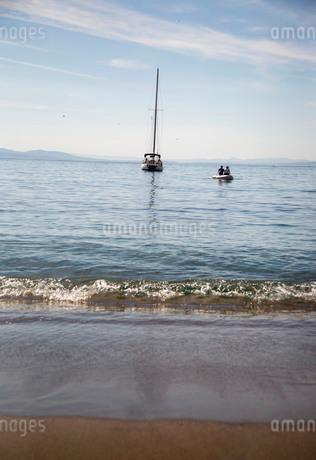 海に浮かぶ幻想的な帆船の写真素材 [FYI04092022]