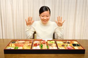 おせち料理を食べる女の子(正月)の写真素材 [FYI04092042]