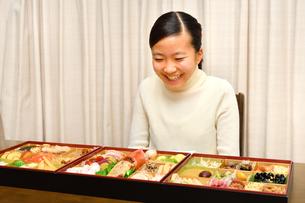 おせち料理を食べる女の子(正月)の写真素材 [FYI04092043]