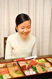 おせち料理を食べる女の子(正月)の写真素材 [FYI04092044]