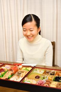 おせち料理を食べる女の子(正月)の写真素材 [FYI04092045]