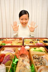 おせち料理を食べる女の子(正月)の写真素材 [FYI04092046]