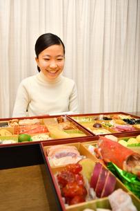おせち料理を食べる女の子(正月)の写真素材 [FYI04092047]