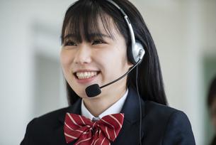 ヘッドセットをする女子学生の写真素材 [FYI04092065]