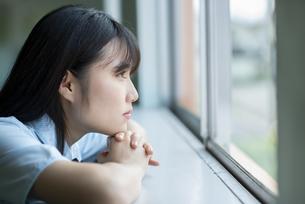 窓の外を見る女子学生の写真素材 [FYI04092079]