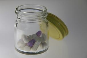 錠剤とカプセル入りの薬瓶の写真素材 [FYI04092218]