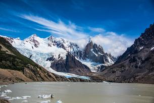 パタゴニアの針峰セロトーレと氷河湖と雲の写真素材 [FYI04092260]