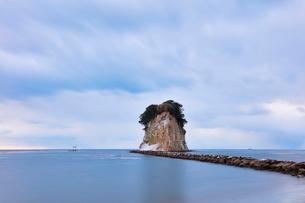 冬の能登半島 朝の見附島の写真素材 [FYI04092324]