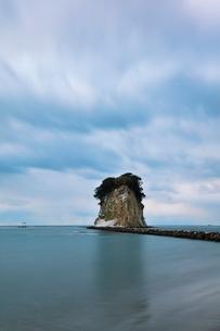 冬の能登半島 朝の見附島の写真素材 [FYI04092325]