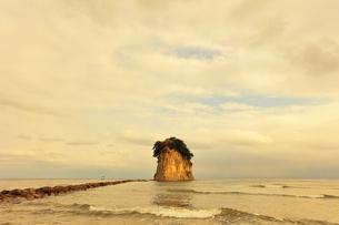 能登半島国定公園 見附島と寄せる波の写真素材 [FYI04092326]