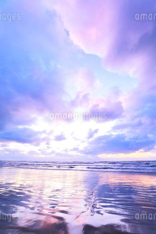 浜辺に寄せる波と夕焼け空の写真素材 [FYI04092327]