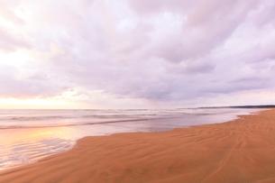 浜辺に寄せる波と夕焼け空の写真素材 [FYI04092343]