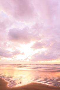 浜辺に寄せる波と夕焼け空の写真素材 [FYI04092344]