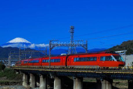 富士山と小田急ロマンスカーGSEの写真素材 [FYI04092357]