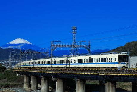 富士山と小田急8000形の写真素材 [FYI04092359]