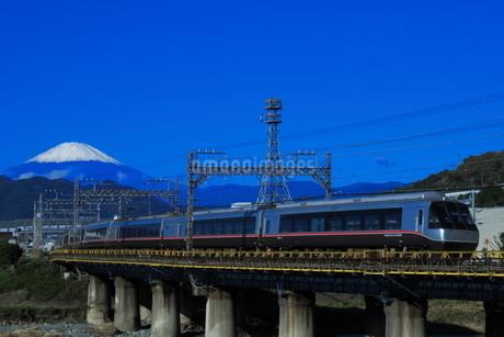 富士山と小田急ロマンスカーEXEαの写真素材 [FYI04092360]