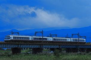 4両編成で営業運転する小田急ロマンスカーEXEαの写真素材 [FYI04092387]