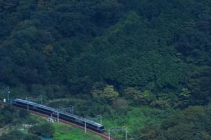 4両編成で営業運転する小田急ロマンスカーEXEαの写真素材 [FYI04092388]