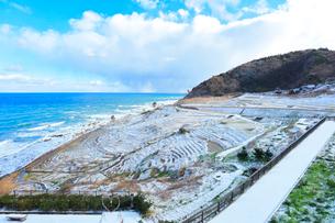 冬の能登半島 白米千枚田に雪の写真素材 [FYI04092392]