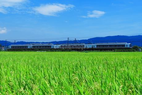 4両編成で営業運転する小田急ロマンスカーEXEαの写真素材 [FYI04092418]