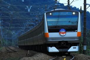 中央線E233系 中央線開業130周年ラッピング車の写真素材 [FYI04092424]