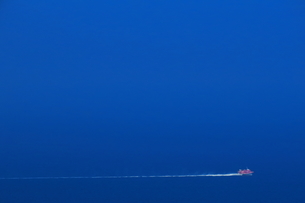 相模湾を走る東海汽船のジェット船の写真素材 [FYI04092436]