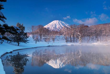 ふきだし公園と羊蹄山の朝とけあらしの写真素材 [FYI04092516]