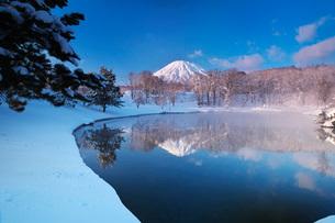 ふきだし公園と羊蹄山の朝とけあらしの写真素材 [FYI04092517]