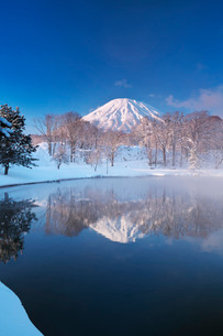 ふきだし公園と羊蹄山の朝とけあらしの写真素材 [FYI04092520]