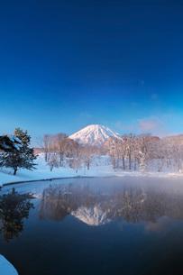 ふきだし公園と羊蹄山の朝とけあらしの写真素材 [FYI04092522]
