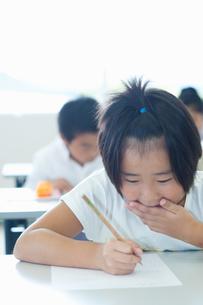勉強する小学生の写真素材 [FYI04092596]